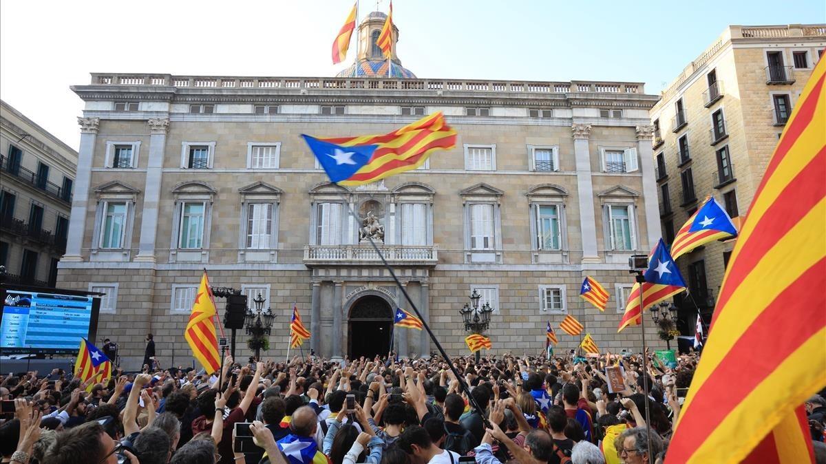 Concentración en la Plaça Sant Jaume para celebrar la declaración de independencia.