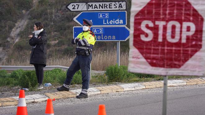 Confinadas por coronavirus 70.000 personas en Catalunya. En la foto, la policía controla los accesos a la zona de Igualada.