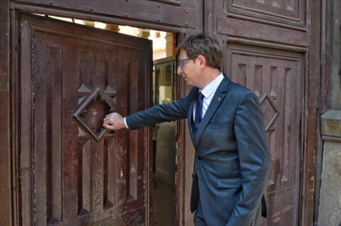 El 'conseller' de Justícia, Carles Mundó, cierra las puertas de la Modelo.
