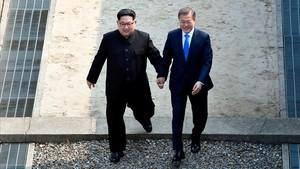 El líder de Corea del Norte, Kim Jong-un, con el presidente de Corea del Sur, Moon Jaein, en la línea fronteriza de los dos países, en la reunión histórica del 27 de abril.