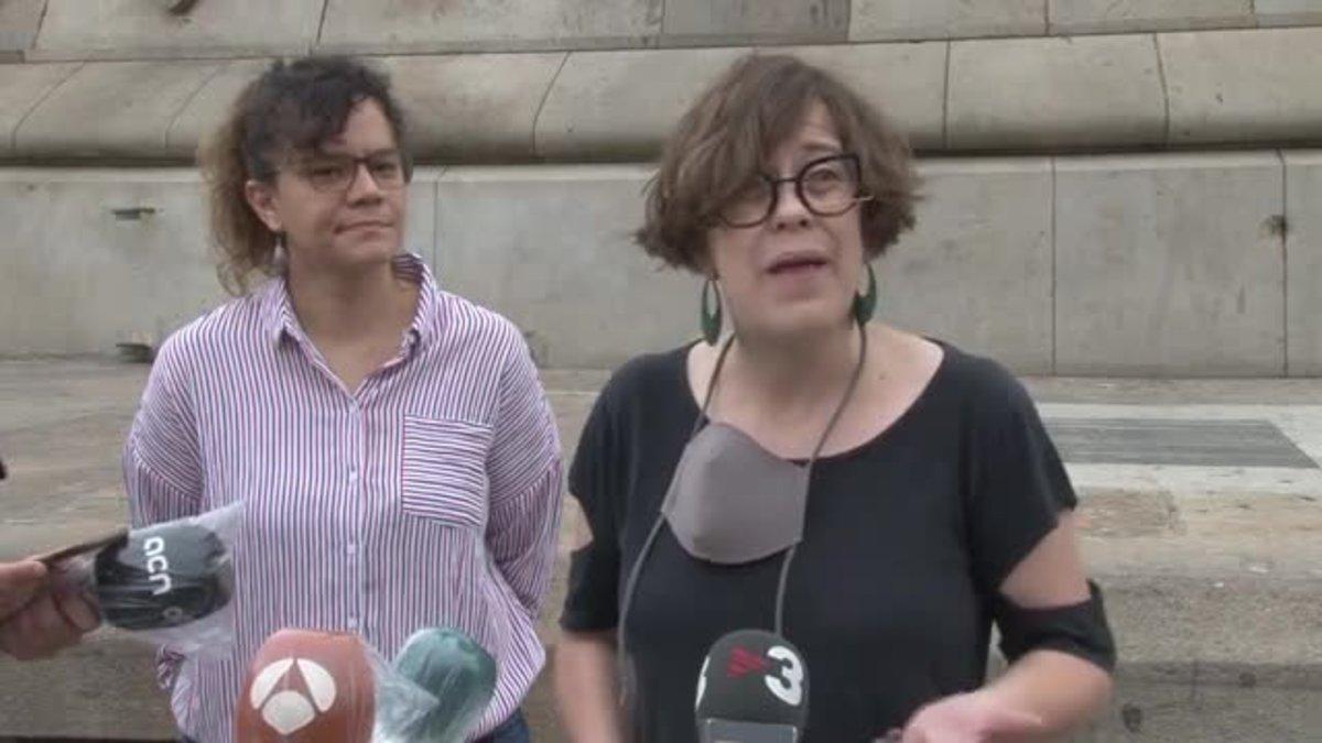 La ex concejal de la CUP en Barcelona, Eulàlia Reguant, insiste en retirar la estatua de Colón, e insta a la alcaldesa, Ada Colau, afrontar el debate sobre el monumento.