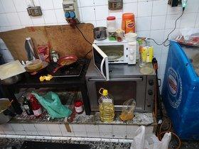 En aquesta cuina insalubre es preparava menjar per a un restaurant de Barcelona