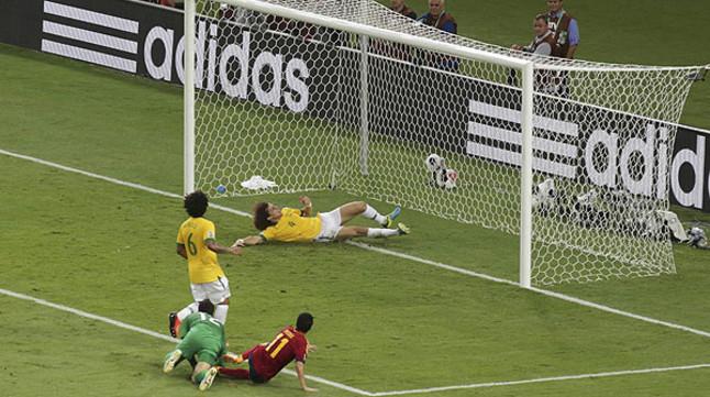 David Luiz salva bajo los palos una ocasión clara de Pedro
