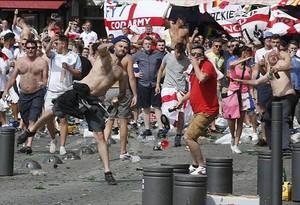 Decenas de hooligans lanzan botellas y sillas contra aficionados rusos.
