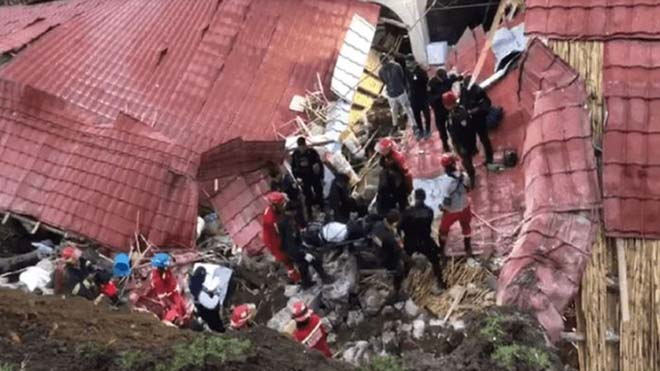 El derrumbe de un techo durante una boda causa 15 muertos en Perú.