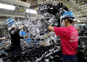 Dos trabajadores en una línea de producción de Daimler en Japón.