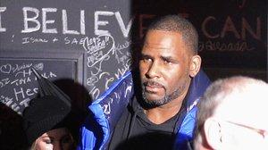 R. Kelly, en el momento en que abandona su estudio en Chicago para entregarse a la policía.