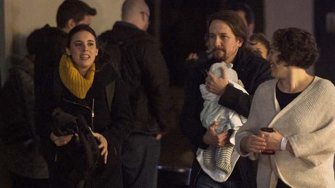 El candidato a la Presidencia del Gobierno de Unidas Podemos Pablo Iglesias llega con su hija en brazos al espacio Harley de Madrid donde la coalición realiza el seguimiento electoral.