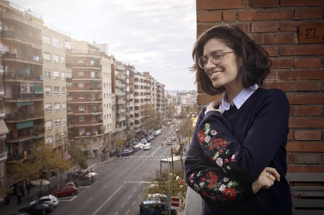 Elena Gadel observa la calle de Pi i Margall desde el balcón de su casa.
