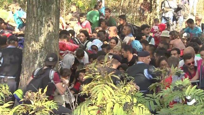 Vídeo del moment en què centenars de refugiats superen la línia policial i entren en territori de Croàcia.