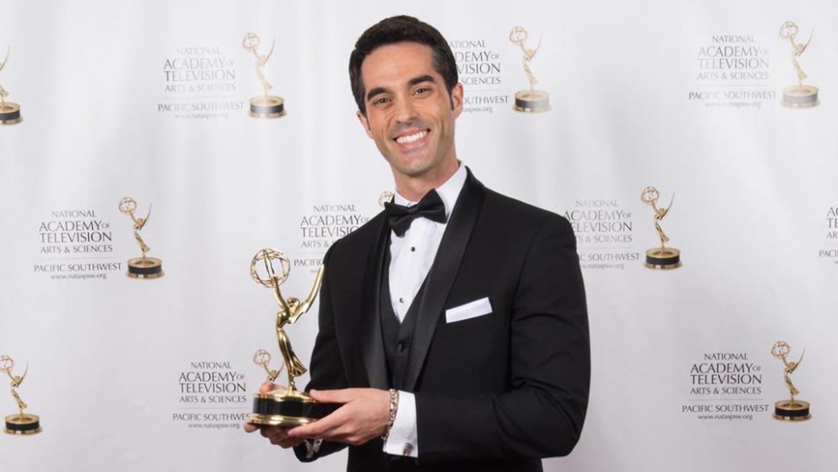 El periodistaAntonio Texeira con su galardóndurante la gala de los Emmy2018 en California.