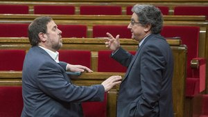 Enric Millo conversa con Oriol Junqueras, en una imagen del 2016, en el Parlament.