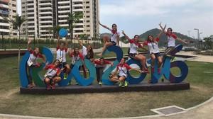 El equipo femenino de hockey hierba femenino posa en la Villa Olímpica.