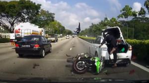 El piloto de la moto casi queda incrustado en el maletero del coche mientras su acompañante sale volando por los aires.