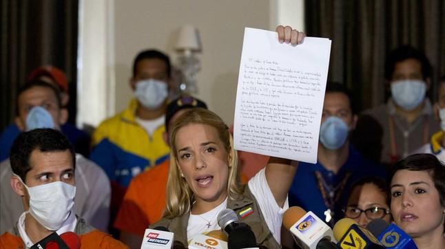 La esposa de Leopoldo López muestra la carta enviada por su marido.