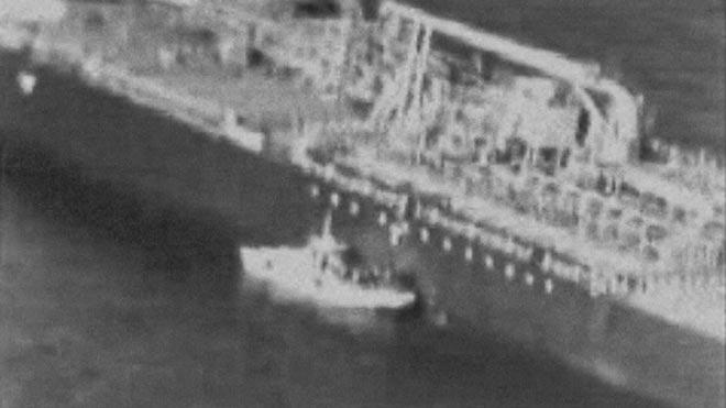 Estados Unidos difunde un vídeo en el que la guardia iraní retira una bomba de un petrolero.