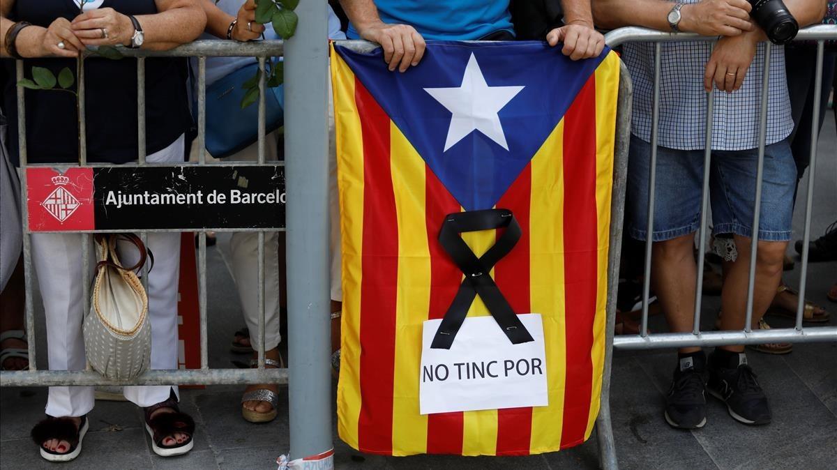 Estelada con crespón negro en la manifestación antiterrorista de Barcelona.
