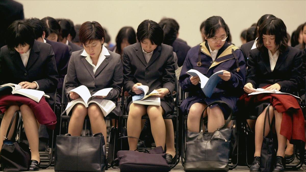 Estudiantes japonesas esperan su turno para una entrevista de trabajo