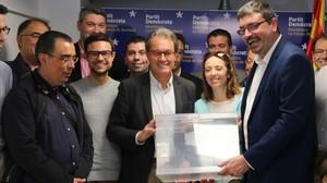 El 'expresident' Artur Mas posa con una urna junto a miembros del PDECat de Montblanc, este sábado.