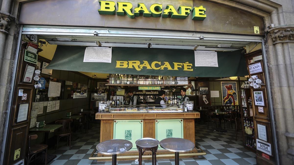 Fachada del café Bracafé de la calle Casp, que anuncia su cierre en agosto.
