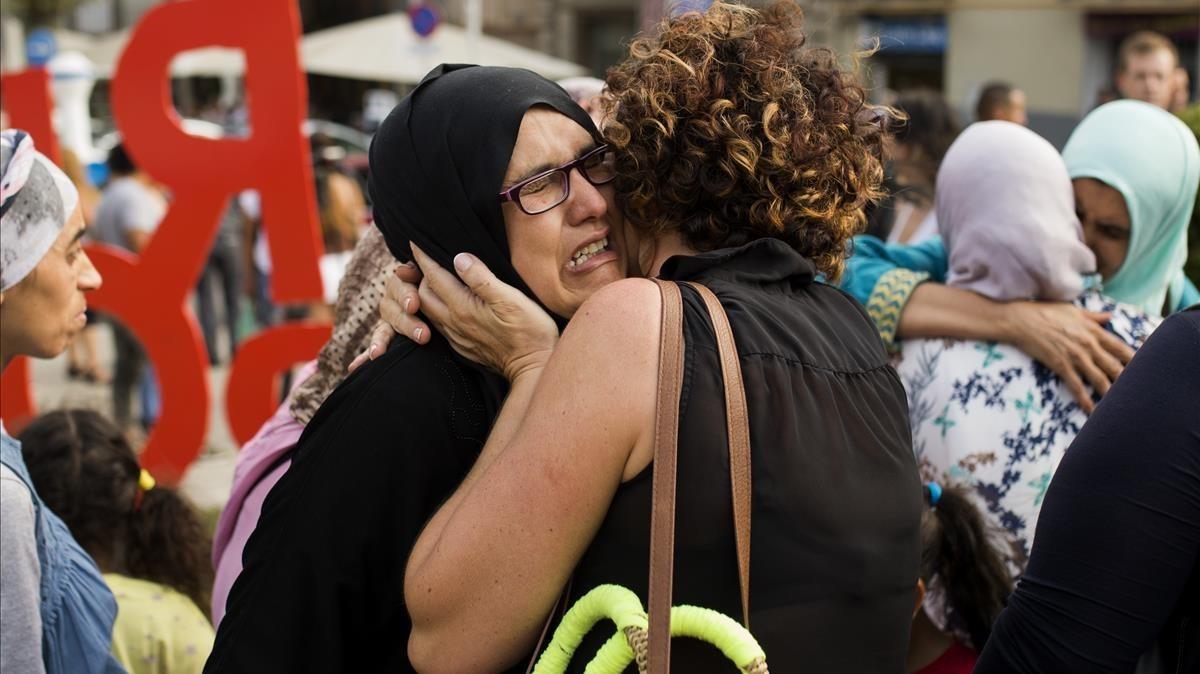 Familiares, amigos yconocidos de los terroristas, se concentraron frente al ayuntamiento de Ripoll, para mostrar su indignación por los atentados. AP/FRANCISCO SECO