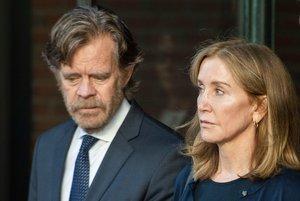 Felicity Huffaman, junto a su marido, el también actor William H. Macy, saliendo del tribunal de Boston, el pasado septiembre.