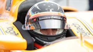 Fernando Alonso espera su momento para intentar la vuelta rápida, ayer, en Indianápolis.