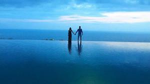 Bartra y su ya esposa Melissa, en un paraje paradisíaco dela isla de Bali, este lunes.