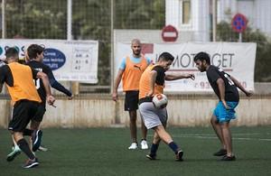 Futbolistas amateurs juegan en el campo de fútbolAgapito Fernández tras quedar vía CeleBreak. Hoy son 12 jugadores de 8 nacionalidades.
