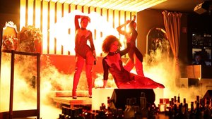 Bailarines y cantantes caldean las cenas durante cuatro noches a la semana en Gatsby.