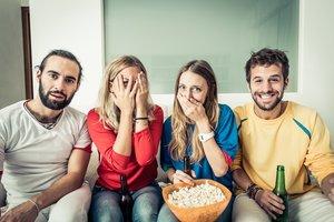 Un grupo de amigos viendo una película de terror.