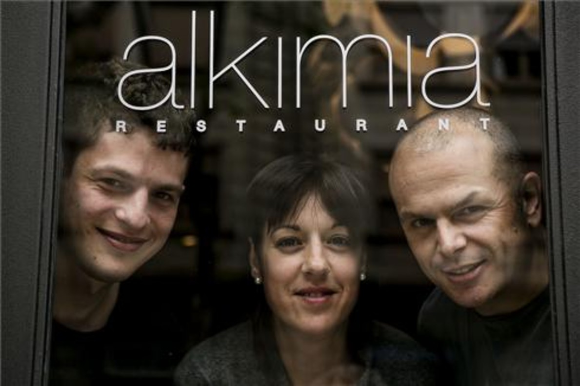 Hannes Eberhard, Sònia Profitós y Jordi Vilà, bajo el letrero de Alkimia. Foto: Joan Cortadellas