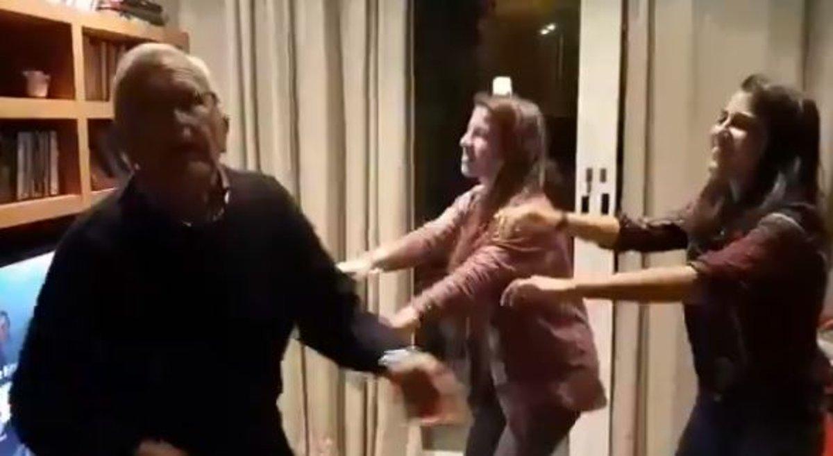 """El emotivo vídeo de un abuelo con Alzhéimer bailando en Nochebuena con sus nietas: """"El poder de la música"""""""