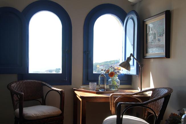 Una de las habitaciones del Hostal de la Plaça, con vistas el mar.