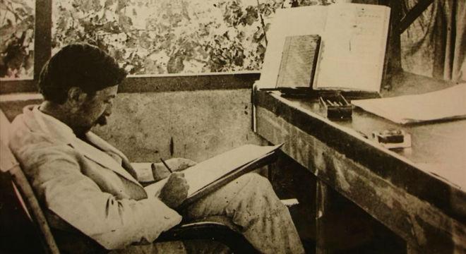 Granados revisa sus notas en la terraza de la Tartaneta', en Vilassar de Dalt.