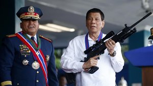 Imagen de archivo del presidente filipino, Rodrigo Duterte, fusil en mano.