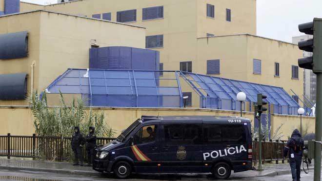 16 inmigrantes se fugan del CIE de Aluche, en Madrid.