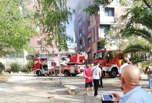 Intervención de los Bombers en uno de los dos incendios en el bloque de Els Merinals.