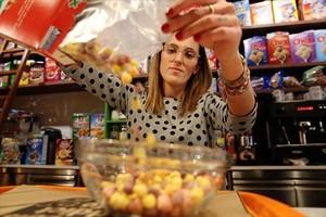 Irene López en la barra del Cereals Addict Café, en la calle de Bailèn.
