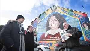 Peadar Whelan muestra al grupo de turistas el mural dedicado aBobby Sands en Falls Road.