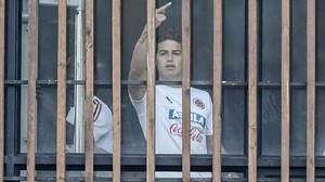 James Rodriguez haciendo una peineta en la concentración con la selección colombiana.