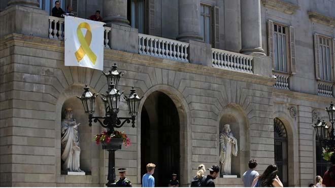 Jaume Collboni asegura que Barcelona retirará los lazos amarillos de las fachadas de edificios municipales. En la foto, el Ayuntamiento de Barcelona, con el lazo amarillo.