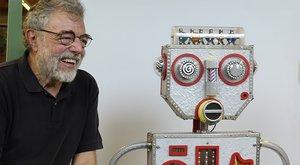 Jaume Romagosa junto a su proyecto, el robot Robi
