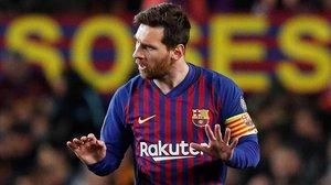Messi pide calma durante un pasaje del encuentro ante el United.
