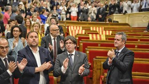 El bloque soberanista aplaude la aprobación de la ley del referéndum, el 6 de septiembre pasado.
