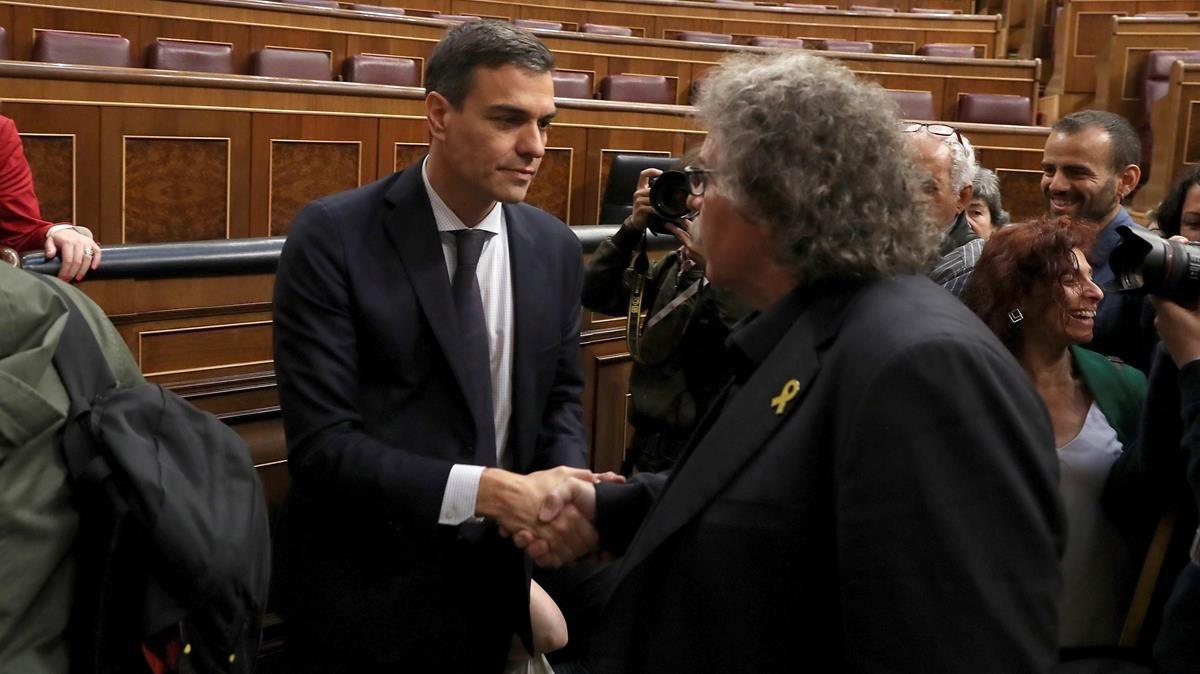 Joan Tardà de ERC, felicita al nuevo presidente del Gobierno.