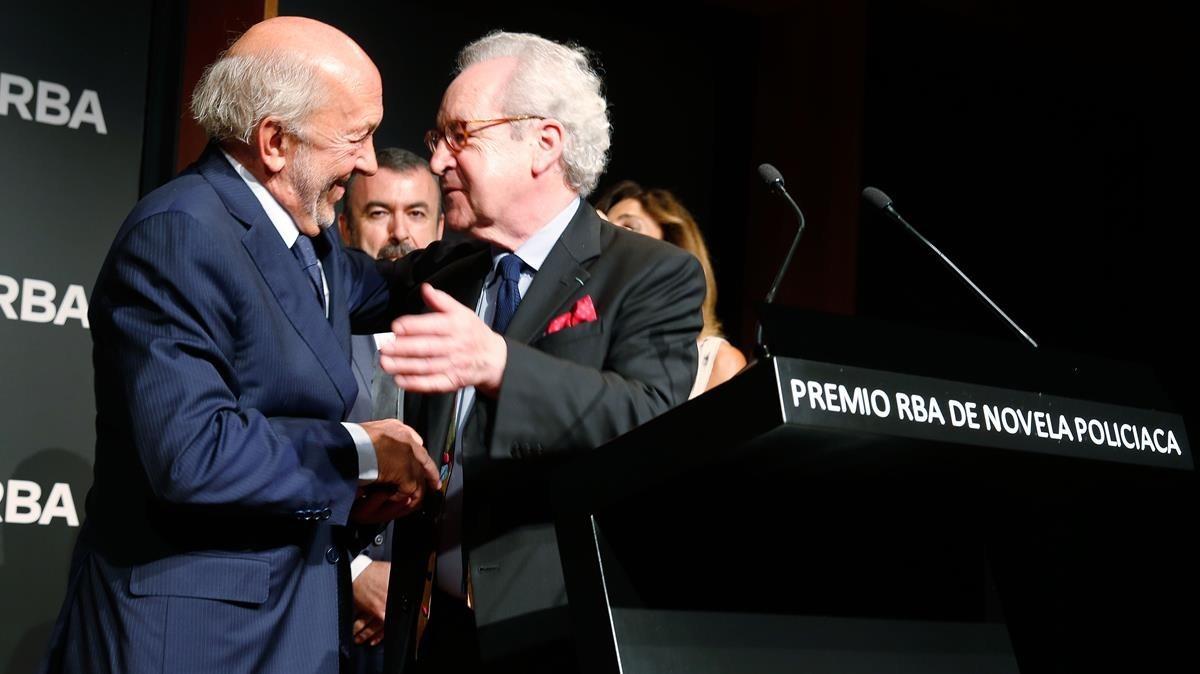 John Banville recibe el premio de manos deRicardo Rodrigo presidente de la Fundación RBA.