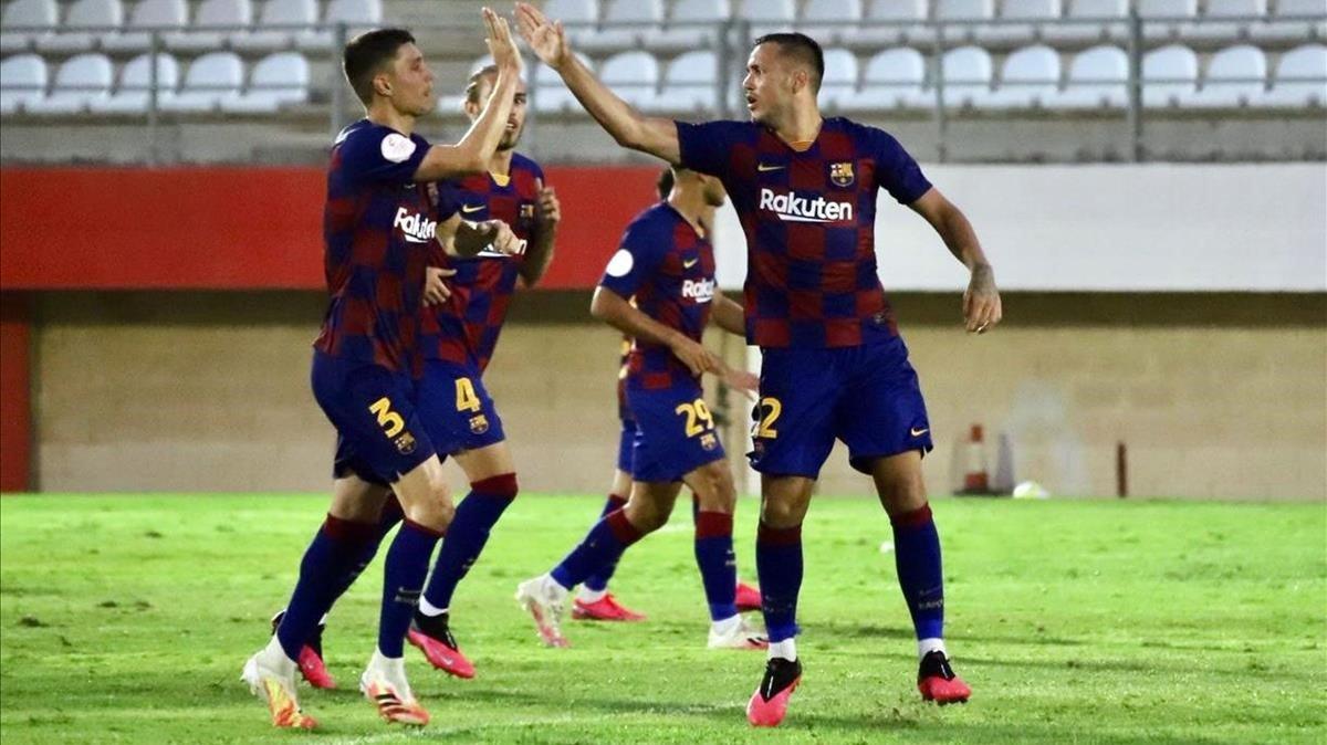 Jorge Cuenca felicita a Rey Manaj, que marcó el gol del empate ante el Badajoz.