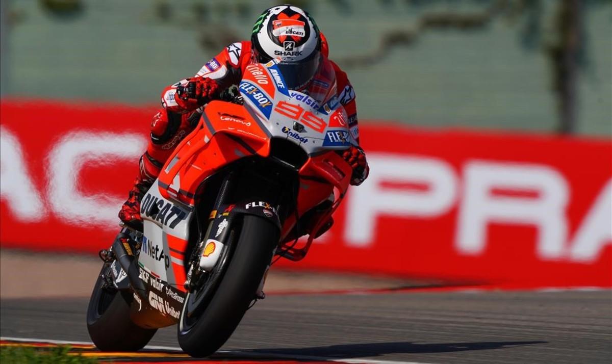 Jorge Lorenzo y su Ducati, en su vuelta rápida de hoy en el trazado alemán de Sachsenring.
