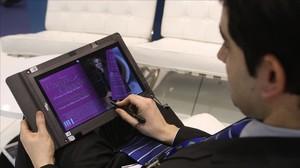Un joven lee un libro en formato digital.